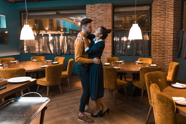 Junger mann tanzt mit frau im restaurant Kostenlose Fotos