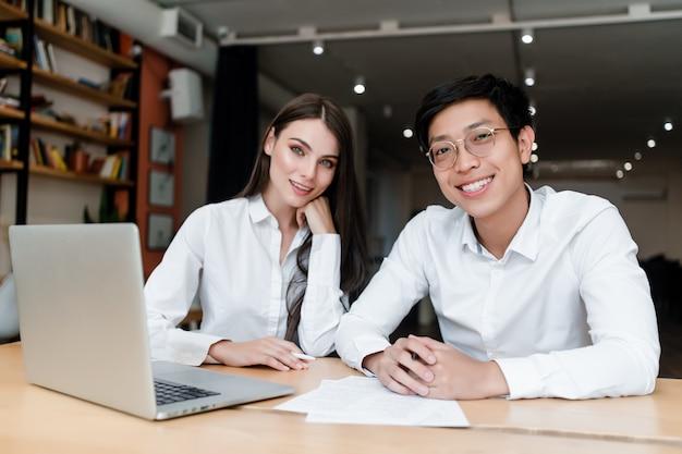Junger mann und frau arbeiten im büro Premium Fotos