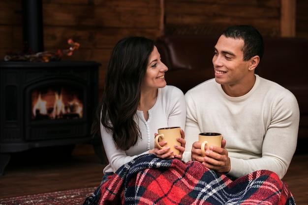 Junger mann und frau, die an einander lächelt Kostenlose Fotos