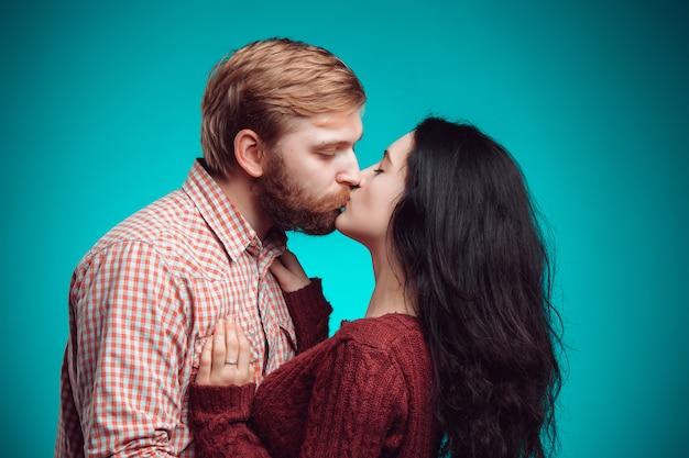 Junger mann und frau küssen sich Kostenlose Fotos