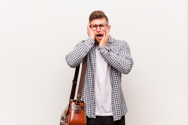 Junger moderner geschäftsmann, der trostlos jammert und schreit. Premium Fotos