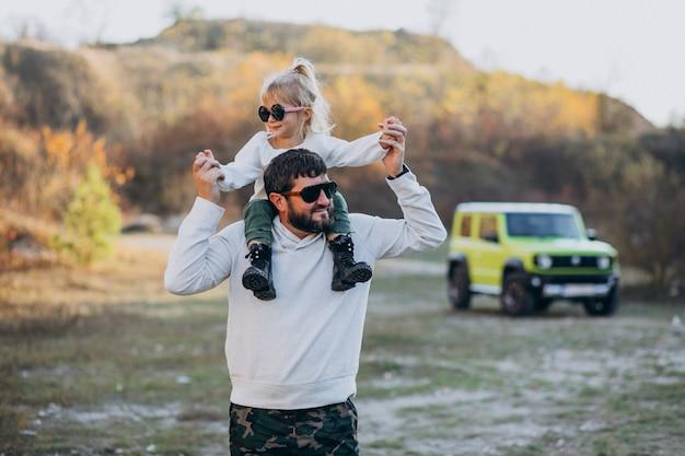 Junger modischer vater mit seiner kleinen tochter, die auf schultern sitzt Kostenlose Fotos