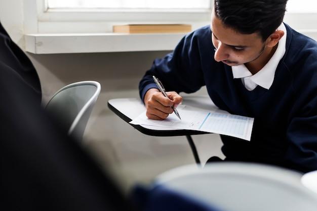 Junger moslemstudent in der klasse Kostenlose Fotos