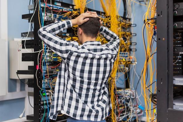 Junger netzwerktechniker auf serverraum Kostenlose Fotos