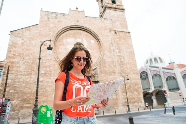 Junger schönheitsreisender mit karte Premium Fotos