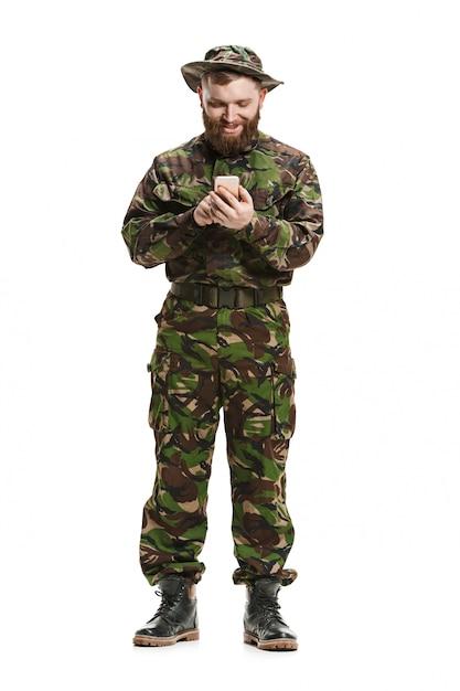 Junger soldat, der tarnuniform trägt, lokalisiert auf weiß Kostenlose Fotos