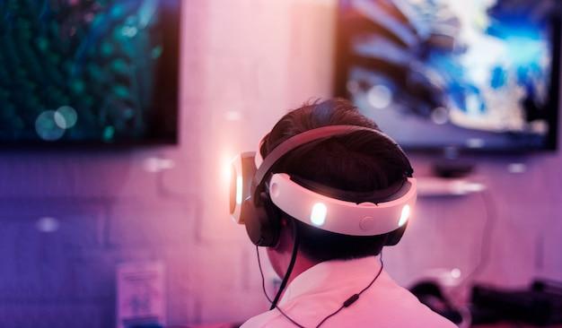 Junger spieler mit vr-brille und headset Premium Fotos