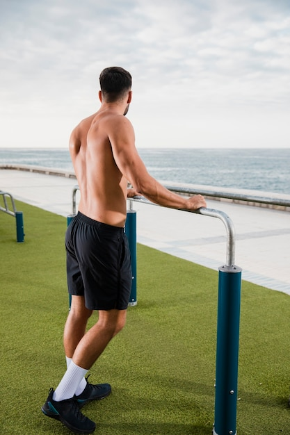 Junger sportiver mann, der pause nach training hat Kostenlose Fotos