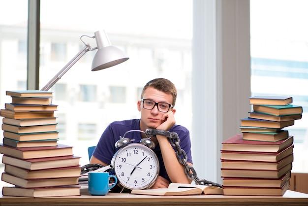 Junger student, der für schulprüfungen sich vorbereitet Premium Fotos