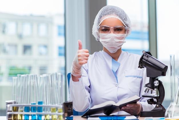 Junger student, der mit chemischen lösungen im labor arbeitet Premium Fotos