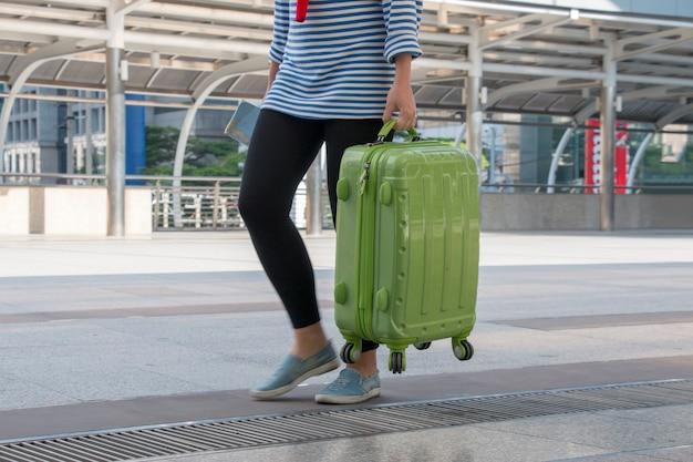 Junger teenager trägt gepäck zum flughafen Premium Fotos