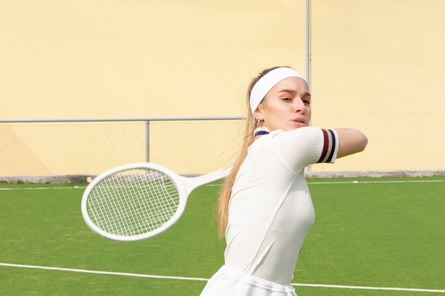 Junger tennisspieler, der die kugel schlägt Kostenlose Fotos