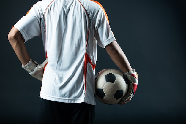 Junger torhüterfußballmann lokalisiert von der akademiefußballmannschaft Kostenlose Fotos