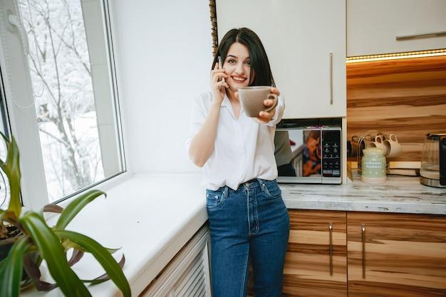 Ein Brünettes Babe In Der Küche