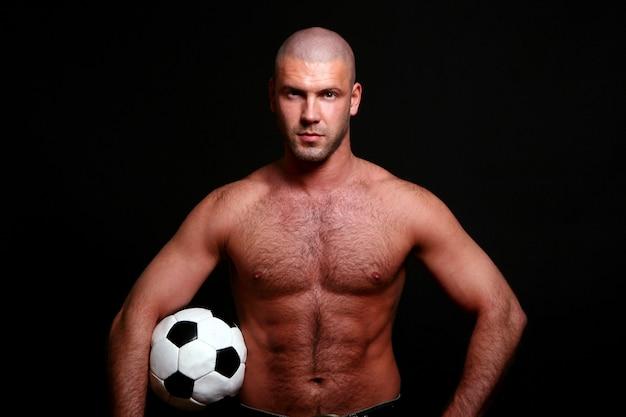 Junger und muskulöser mann auf schwarzem Kostenlose Fotos