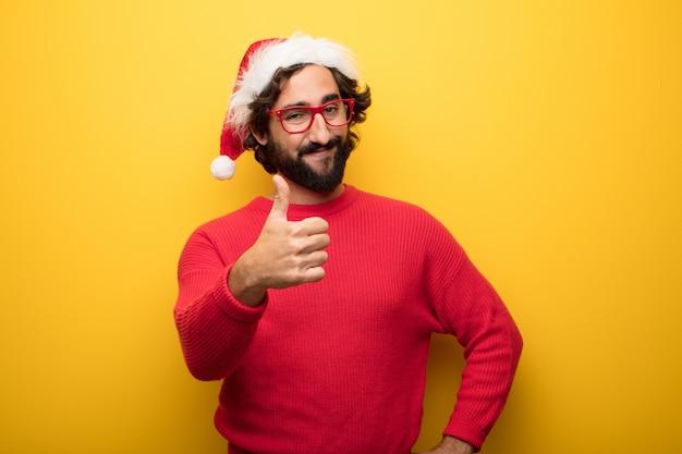 Junger verrückter bärtiger mann, der rote gläser und weihnachtsmann-hut trägt Premium Fotos