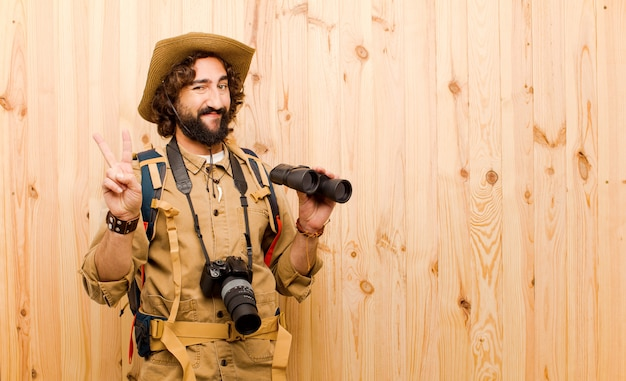 Junger verrückter forscher mit strohhut und rucksack Premium Fotos