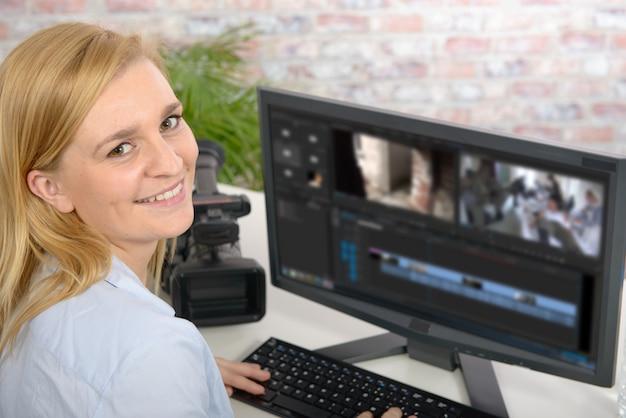Junger weiblicher designer, der computer für die videobearbeitung verwendet Premium Fotos