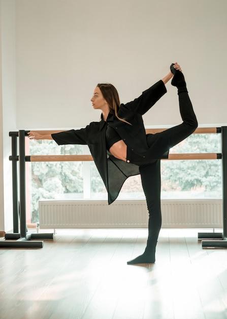 Junger weiblicher tänzer, der im tanzstudio übt Kostenlose Fotos