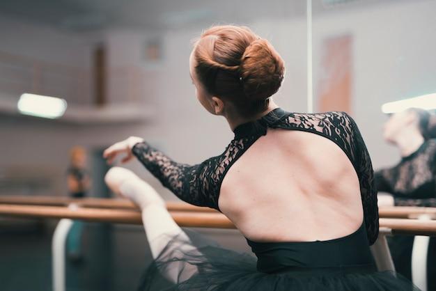 Junger weiblicher tänzer des klassischen balletts übend im tanzstudio Kostenlose Fotos