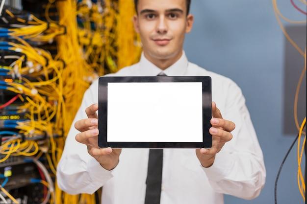 Junger wirtschaftsingenieur mit einem tablettenmodell Kostenlose Fotos