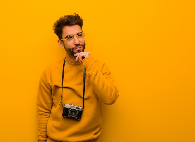 Junger zweifelhafter und verwirrter fotografmann Premium Fotos