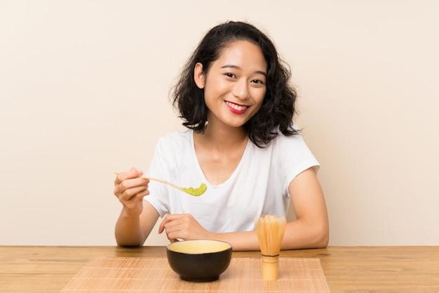 Junges asiatisches mädchen mit tee matcha Premium Fotos