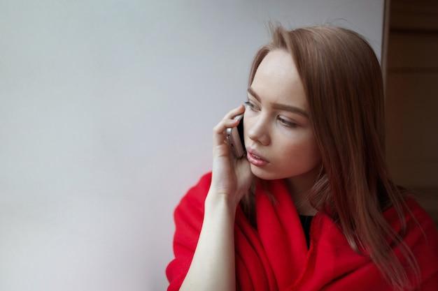 Junges blondes mädchen, das am telefon spricht. Premium Fotos