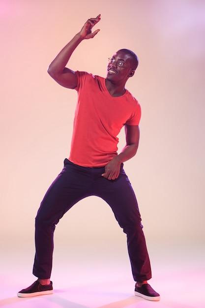 Junges cooles tanzen des schwarzen mannes Kostenlose Fotos