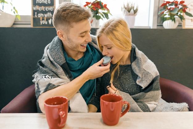 Junges glückliches paar in der liebe im café Premium Fotos
