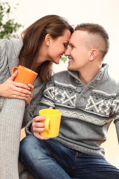 Junges glückliches paar zu hause Kostenlose Fotos