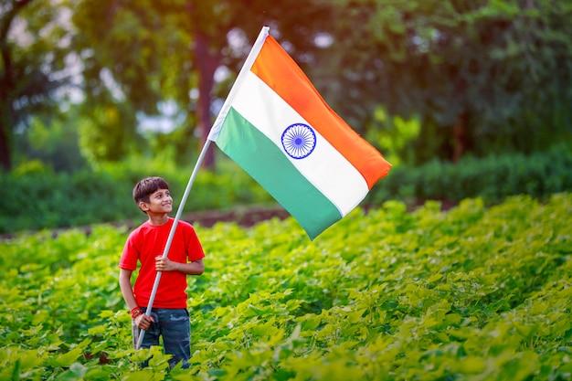 Junges indisches kind mit indischer flagge Premium Fotos