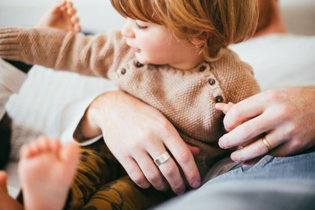 Junges kleinkind in den händen des vaters Kostenlose Fotos