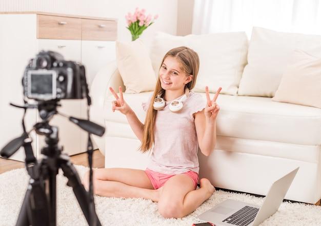 Junges lächelndes videobloger-teenie-mädchen Premium Fotos