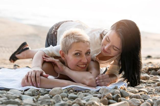 Junges lesbisches paar, das spaß am strand hat Kostenlose Fotos
