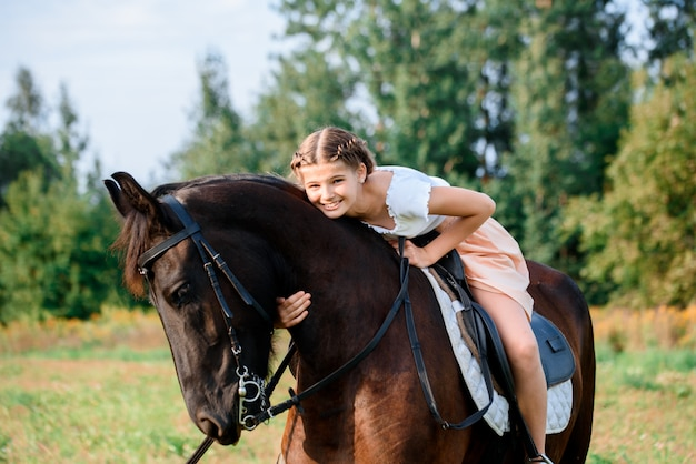 Junges mädchen auf einem pferd Premium Fotos