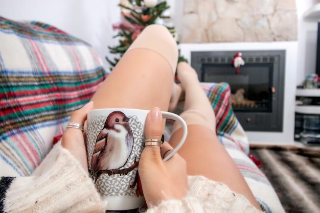 Junges mädchen auf sofa am weihnachten Premium Fotos