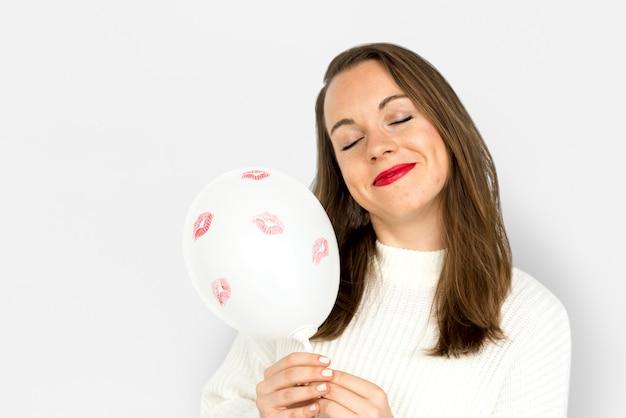 Junges mädchen, das einen ballon halten lächelt Premium Fotos