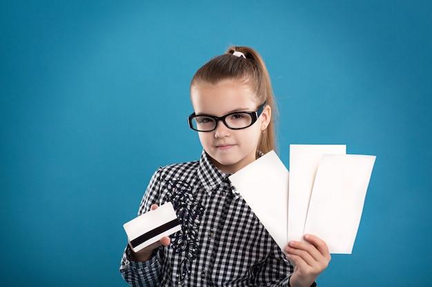 Junges mädchen, das formular und eine kreditkarte und ein lächeln hält Premium Fotos