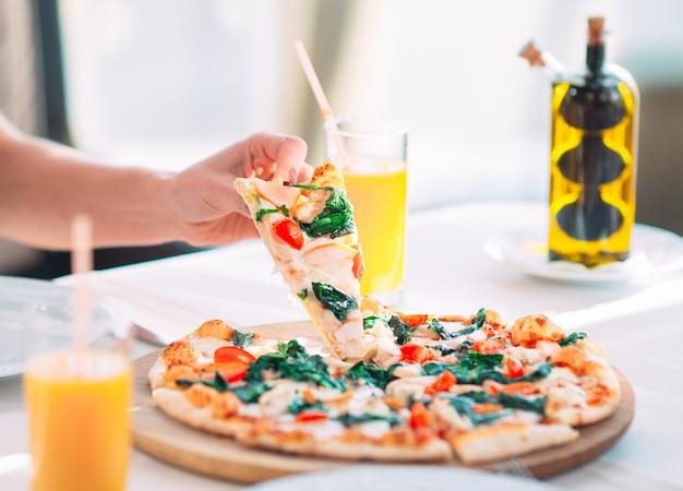 Junges mädchen, das pizza in einem restaurant isst Premium Fotos