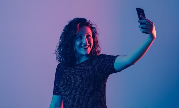 Junges mädchen, das selfie und das lächeln macht Premium Fotos