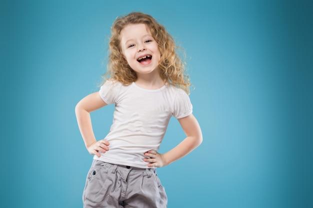 Junges mädchen der schönheit gekleidet im weiß Premium Fotos