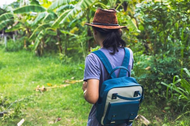 Junges mädchen des hippies mit rucksack sonnenuntergang genießend Premium Fotos