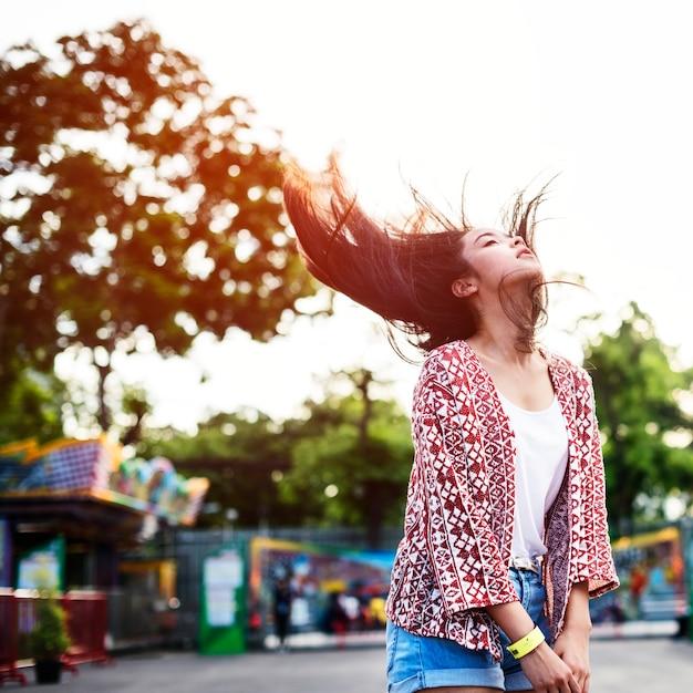 Junges mädchen hair fling funfair festliches spielerisches glück-konzept Premium Fotos