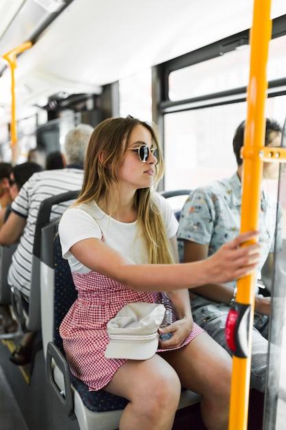 Junges mädchen im bus Kostenlose Fotos