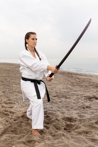 Junges mädchen im karate-outfit-training Kostenlose Fotos