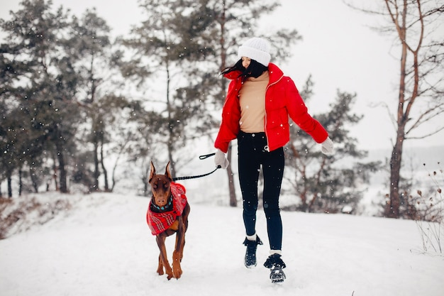 Junges mädchen in einem winterpark Kostenlose Fotos