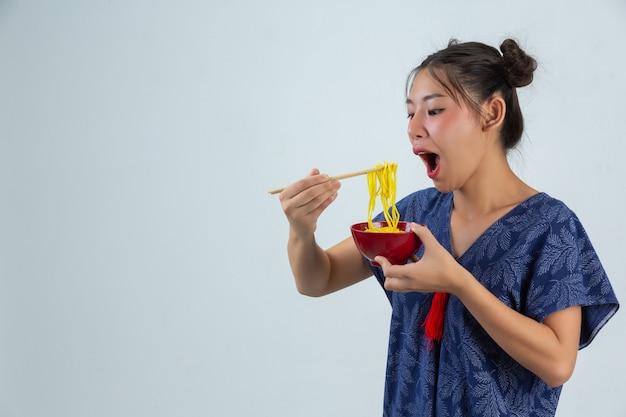 Junges mädchen isst gerne spaghetti zu hause Kostenlose Fotos