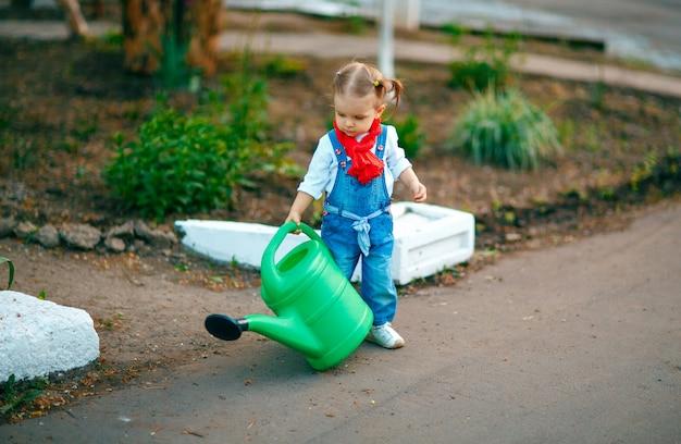 Junges mädchen mit bewässerungstopf Premium Fotos