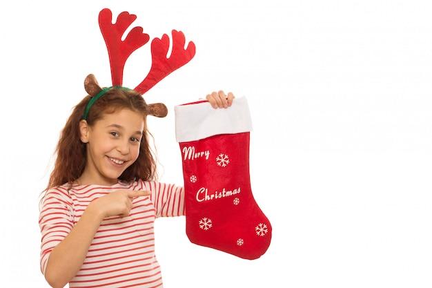 Junges mädchen mit einem weihnachtsstrumpf Premium Fotos